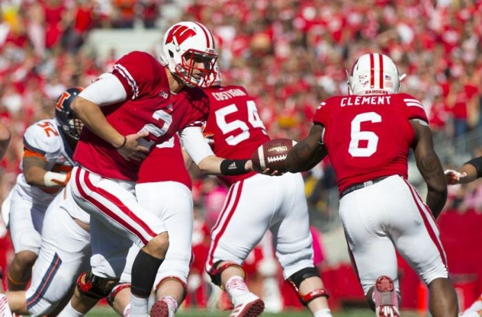 Wisconsin QB Joel Stave hands off to RB Corey Clement